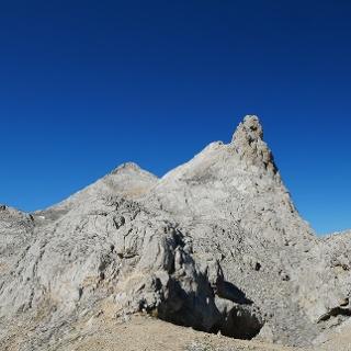 Los Urrieles. Al lado izquierdo de la aguja de roca se encuentra el ojo. En el fondo se ve el Pico Tesorero