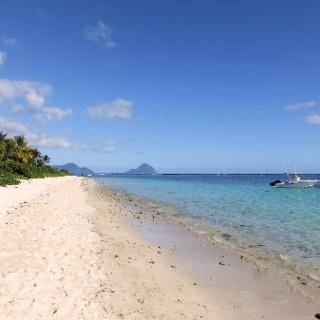 Strand auf Mauritius, im Hintergrund der