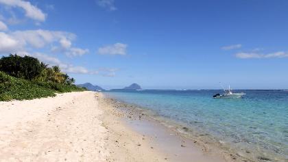 """Strand auf Mauritius, im Hintergrund der """"Le Morne Brabant"""""""