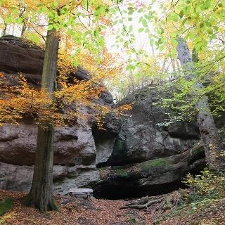 Herbstliche Ludwigsgrotte bei Eisenach ohne Wasserfall