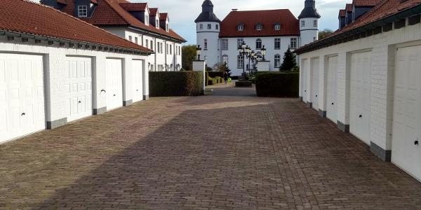 Zufahrt zum Eingang des Schlosses, vorbei an den ehemalign Pfedeställen.