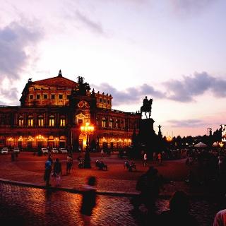 Theaterplatz mit der Semperoper Dresden
