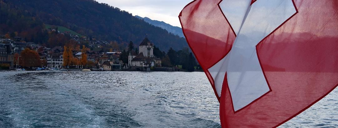 Blick vom Schiff auf Schloss Oberhofen.