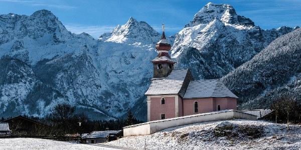 St. Antonius Kapelle in Au bei Lofer. Im Hintergrund die Loferer Steinberge