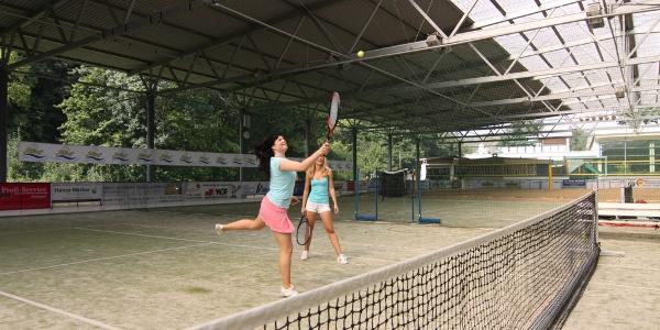 überdachte Tennis- und Badmintonanlage