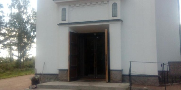 Ingången till Natanaelskyrkan, Tierp