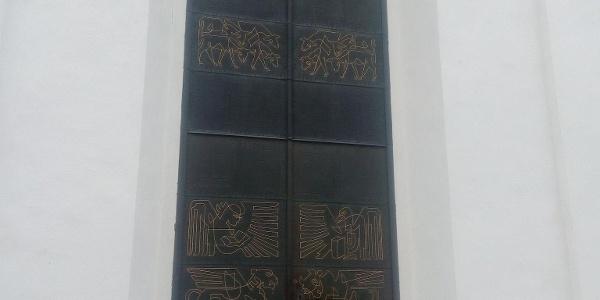 Portalen till Västlands kyrka