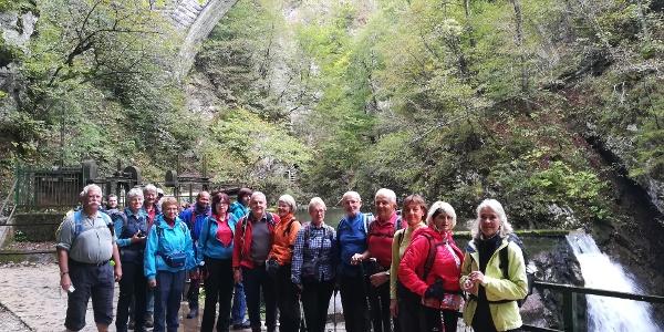 Wocheinerbahn (Viadukt) mit Wasserfall - im Vordergrund AV-Wanderer