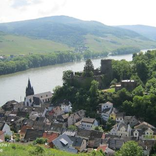 Blick auf Niederheimbach und die Heimburg (auch Burg Hohneck genannt)