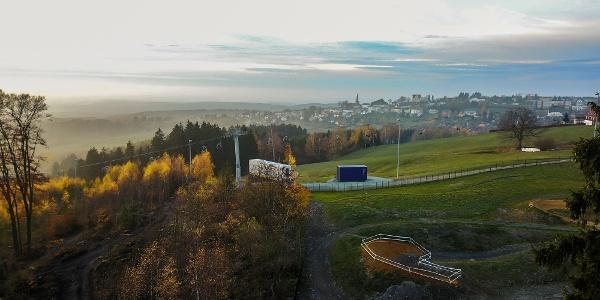 Blick auf die Bergheim Container Lodges mit Fernblick
