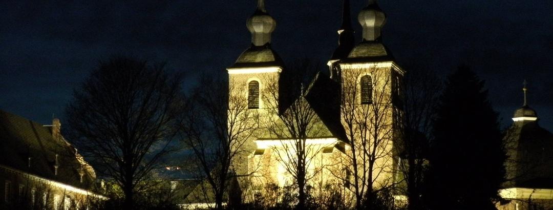 Die Abteikirche bei Nacht