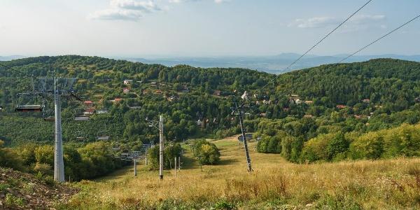 Kilátás a Karancs felé a sípályák tetejéről