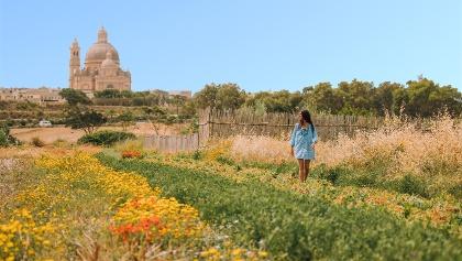 Frau in den Feldern hinter der Ta'Pinu Kirche, Gozo