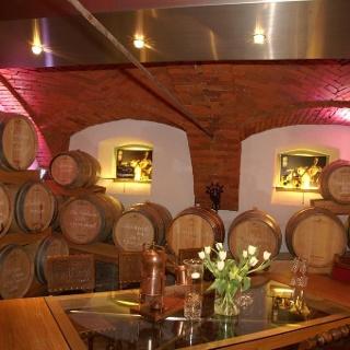 Holzfasskeller der Destillerie Hochstrasser