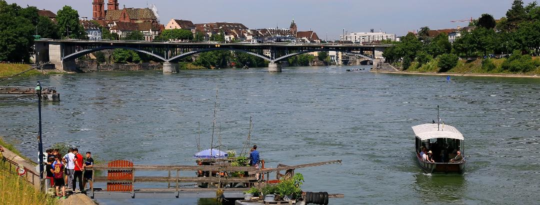 Rheinfähre in Basel, hinten das Münster.