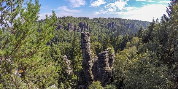 Ausblick von der Johanniswacht auf die beeindruckenden Felsen im Bielatal