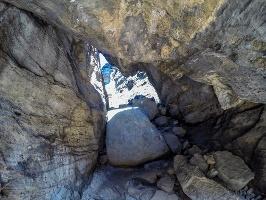 Foto Spannender Steig durch eine wilde Felsenlandschaft