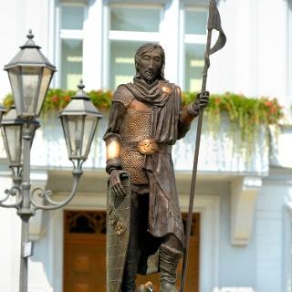 Rathaus Elsterberg - im Vordergrund der Ritter Rayer von Elsterberg als Brunnenfigur