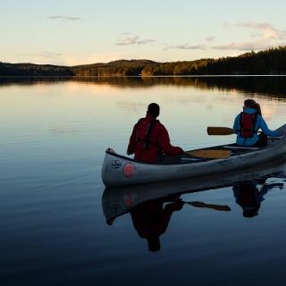 Kanuten auf einem See in Dalsland