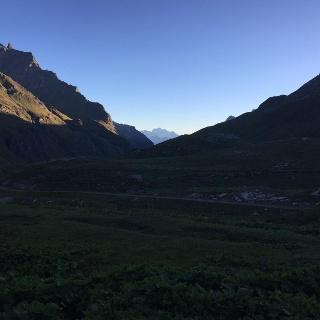 Aufbruch von der Rifugio dey Fond um 7, blick das Tal hinab, im Hintergrund Gand Combin