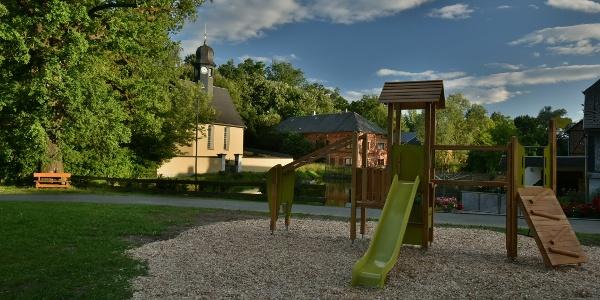 Spielplatz Leitlitz - im Hintergrund die Kirche