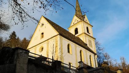 die 6. und letzte Kirche entlang der Kirchen-Wanderung in St. Urban - umflutet von den letzten Sonntagsstrahlen - Südwestansicht