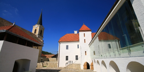 A szászi vár a katolikus templom és a község házai közé ékelődik