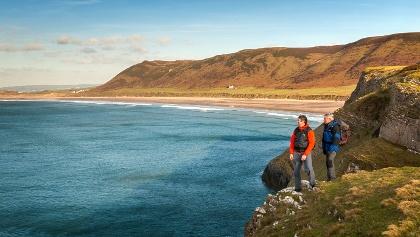 Wanderer an der Rhossili Bay auf der Halbinsel Gower