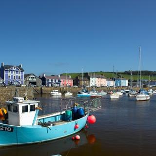 Das kleine Hafenstädtchen Aberaeron an der Cardigan Bay