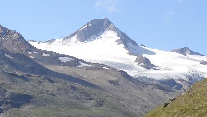 Finailspitze mit Hochjochferner vom Rofental aus. Links der Nord-Ost-Grat, der vom Hauslabjoch zum Gipfel führt.