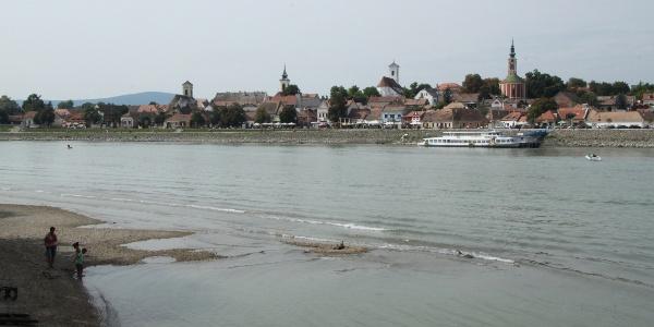 A szentendrei Dunakorzó a sziget felől