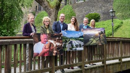 Vertreter des Touristikverbands Siegerland-Wittgenstein e.V., des Sauerland-Tourismus e. V. und der Südwestfalen Agentur GmbH halten den Bildstil in den Händen.