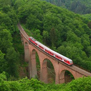 Die Hunsrückbahn zwischen Boppard und Boppard-Buchholz auf dem Hubertusviadukt.