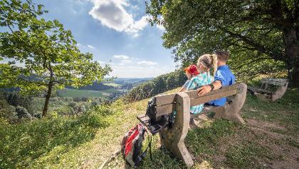 Oberndorfer Höhe_Familie genießt den Ausblick