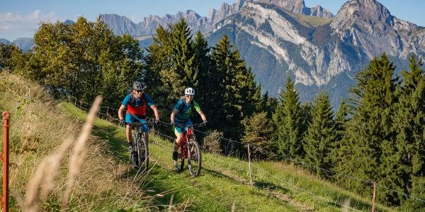 Zwei Radfahrer auf der Heidiland Bike Tour