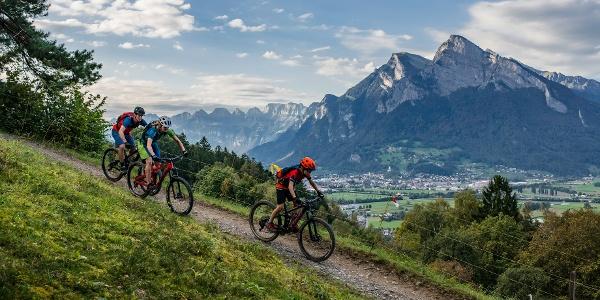 auf der Heidiland Bike Tour mit dem Gonzen im Hintergrund