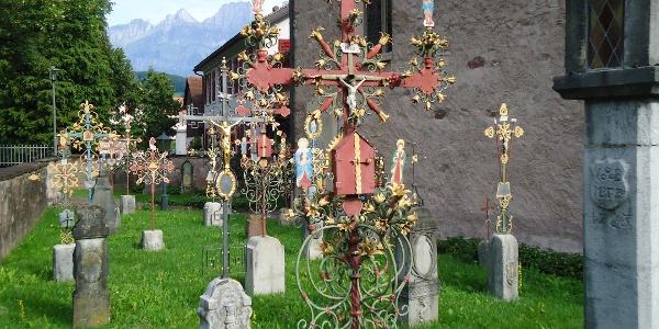 Friedhof mit eindrücklichen Grabkreuzen