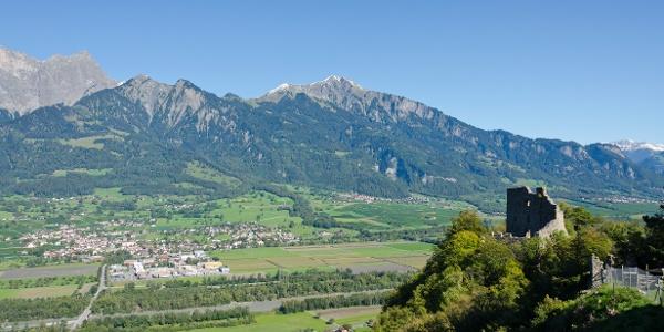 Burgruine Wartenstein mit Blick auf Maienfeld