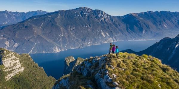 Panorama sul lago di Garda lungo il sentiero di cresta