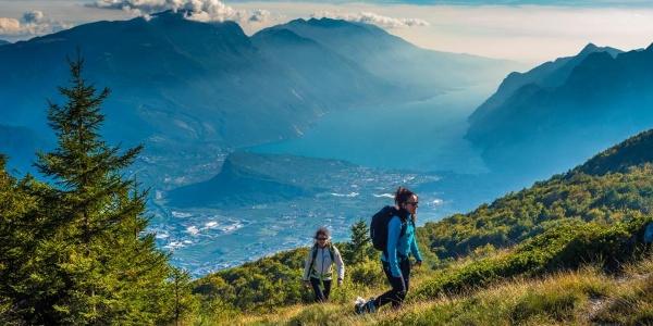 Camminando sul Monte Biaina, sullo sfondo il lago di Garda / Garda Trentino