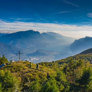 Ausblick über dem nördlichen Gardasee aus dem Gipfel des Monte Biaina