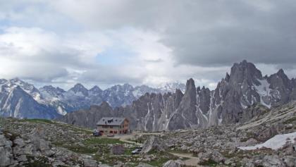 Die Lavaredohütte mit Cadini- und Marmarolegruppe.