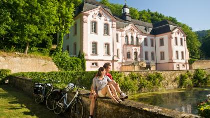 Sauer-Radweg_Ausblick auf Schloss Weilerbach, eins der wichtigsten kunsthistorischen Schätze der Südeifel