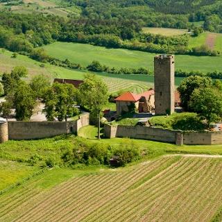 Aus der Luft zeigt sich die umfangreiche Burganlage der Ravensburg