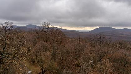 Balra a Zengő, a háttérben a Tenkes a Cigány-hegy kilátójából (rövid kitérő)