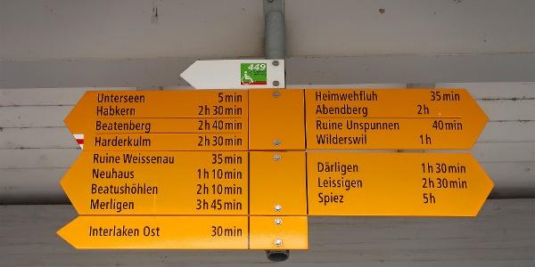Wegweiser beim Bahnhof Interlaken-West.
