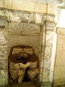 Pomier: Klosterbrunnen mit Jakobsmuschel