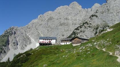 Die Gruttenhütte, im Hintergrund der Treffauer, einer der höchsten Gipfel des Kaisergebirges.