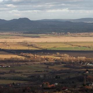 Zimný pohľad na tvrdoše Balatonskej planiny z rozhľadne Kő orra