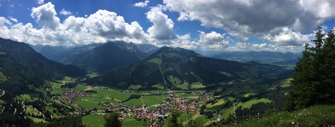 Bad Hindelang und Bad Oberdorf, links vorne im Bild schlängelt sich der Jochpass, links hinten geht es ins Hintersteiner Tal